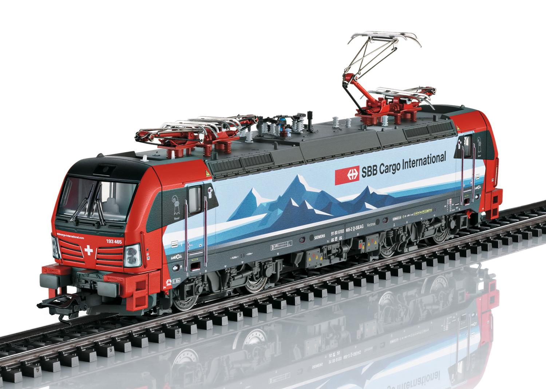 Deze Locomotief Nieuw bij Best Verkochte Modeltreinen. Elektrische locomotief serie 193 Vectron, verhuurd aan SBB Cargo International. Multifunctionele locomotief met 4 dakstroomafnemers. Zoals in gebruik rond 2018.