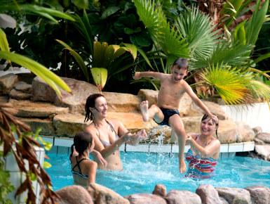Reizen en kindvriendelijke vakanties met een zwembad is altijd leuk voor de kinderen en de ouders.