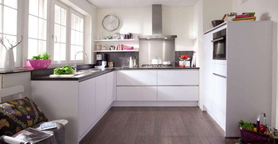 Lazio greeploze keuken met een zee aan werkruimte